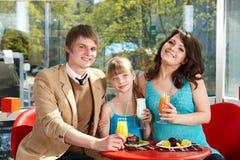 szczęśliwa dziecko cukierniana rodzina zdjęcia stock