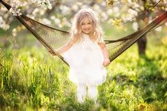 Szczęśliwa dziecko dziewczyna relaksuje w hamaku Zdjęcia Royalty Free