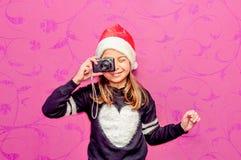 Szczęśliwa dziecko dziewczyna w bożych narodzeniach bierze obrazek z kamerą Fotografia Stock