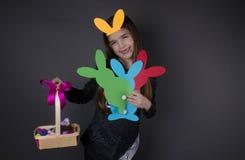 Szczęśliwa dziecko dziewczyna z jajkami i ucho Zdjęcie Stock