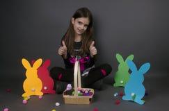 Szczęśliwa dziecko dziewczyna z jajko aprobatami Fotografia Stock