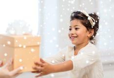 Szczęśliwa dziecko dziewczyna z prezenta pudełkiem zdjęcie royalty free