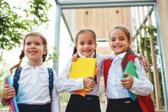 Szczęśliwa dziecko dziewczyny uczennicy ucznia szkoła podstawowa Zdjęcie Royalty Free