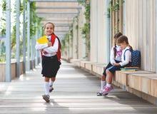 Szczęśliwa dziecko dziewczyny uczennicy ucznia szkoła podstawowa Zdjęcia Royalty Free