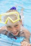 Szczęśliwa dziewczyna angażuje na urlopowy snorkeling zdjęcia royalty free