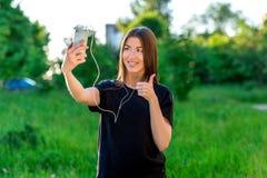 szczęśliwa dziewczyna azjatykcia Lato w na wolnym powietrzu w polu telefonu target588_0_ target587_0_ Ręka gesty wielki wigilie zdjęcie royalty free