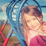 Szczęśliwa dziewczyna bawić się przy boiskiem - Instagram skutek fotografia royalty free
