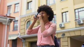 Szczęśliwa dziewczyna bierze fotografie, żeńskiego ucznia podróżowanie na wakacje, zwiedza zbiory wideo