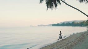 Szczęśliwa dziewczyna chodzi na piasku oceanem zbiory wideo