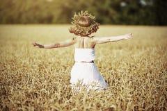 Szczęśliwa dziewczyna cieszy się życie w pszenicznym polu w lecie obrazy stock