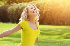 Szczęśliwa dziewczyna cieszy się naturę na zielonej trawie fotografia royalty free