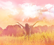 Szczęśliwa dziewczyna cieszy się szczęście na pogodnej łące Zdjęcie Stock