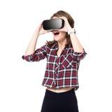Szczęśliwa dziewczyna dostaje doświadczenie używać VR słuchawki szkła rzeczywistość wirtualna, dużo gestykuluje ręki, odizolowywa obraz stock