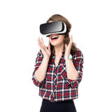 Szczęśliwa dziewczyna dostaje doświadczenie używać VR słuchawki szkła rzeczywistość wirtualna, dużo gestykuluje ręki, odizolowywa zdjęcia stock