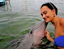 Szczęśliwa dziewczyna I Śliczny delfin fotografia royalty free