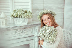 Szczęśliwa dziewczyna jest uśmiechający się po całym jej twarz Zdjęcie Royalty Free