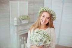 Szczęśliwa dziewczyna jest uśmiechający się po całym jej twarz Zdjęcia Royalty Free