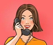Szczęśliwa dziewczyna lub młoda kobieta opowiada na telefonie rozmowa jest dialog telefonu kobiety Wystrzał sztuki komiczki retro royalty ilustracja