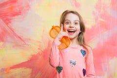 Szczęśliwa dziewczyna ma pomysł na kolorowej abstrakt ścianie Obrazy Royalty Free