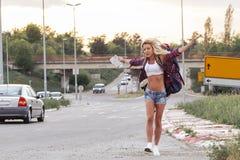 Szczęśliwa dziewczyna na drodze fotografia stock