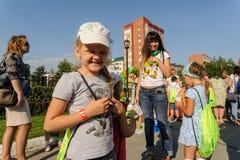 Szczęśliwa dziewczyna na dzwi otwarty Sberbank Tyumen Obrazy Royalty Free