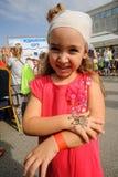 Szczęśliwa dziewczyna na dzwi otwarty Sberbank Tyumen Zdjęcie Stock