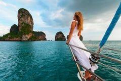 Szczęśliwa dziewczyna na pokładzie żeglowanie jachtu zabawę fotografia royalty free