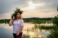 Szczęśliwa dziewczyna na polu zbiera kwiaty obraz royalty free