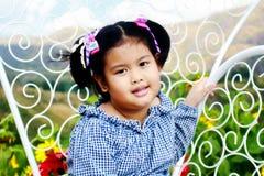 Szczęśliwa dziewczyna ono uśmiecha się w polu Zdjęcie Stock
