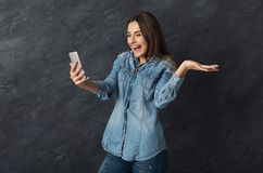 Szczęśliwa dziewczyna opowiada online, robić wideo wezwaniu obraz stock