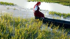 Szczęśliwa dziewczyna pływa na conoe zbiory