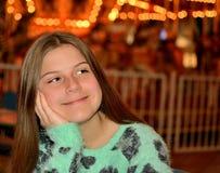 Szczęśliwa dziewczyna patrzeje coś Zdjęcia Stock