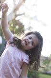 Szczęśliwa dziewczyna patrzeje kamerę Fotografia Royalty Free