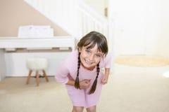 Szczęśliwa dziewczyna patrzeje kamerę zdjęcie stock
