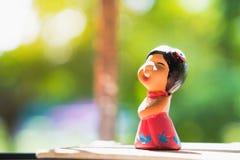 Szczęśliwa dziewczyna, piec gliniana lala Zdjęcia Royalty Free