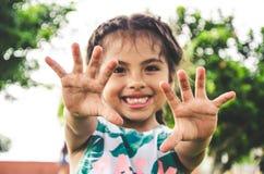 Szczęśliwa dziewczyna pokazuje ona ręki Zdjęcia Royalty Free