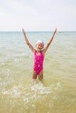 Szczęśliwa dziewczyna pozwalać w górę pluśnięcie wodnej pozyci Zdjęcie Royalty Free