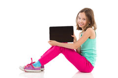Szczęśliwa dziewczyna przedstawia cyfrową pastylkę Obraz Royalty Free