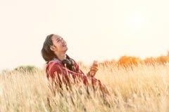Szczęśliwa dziewczyna przy łąkami w ciepłym ranku fotografia royalty free