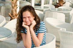 Szczęśliwa dziewczyna przy barem. fotografia royalty free