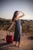 Szczęśliwa dziewczyna przygotowywająca podróżować Fotografia Stock