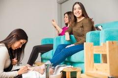 Szczęśliwa dziewczyna relaksuje przy gwoździa salonem zdjęcie stock