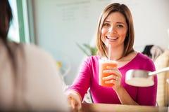 Szczęśliwa dziewczyna relaksuje przy gwoździa salonem zdjęcia stock