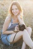 Szczęśliwa dziewczyna robi obrazkom starą kamerą Obrazy Stock