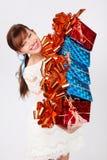 Szczęśliwa dziewczyna trzyma pięć pudełek z giffs Fotografia Stock