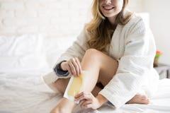Szczęśliwa dziewczyna używa wosków paski Obraz Stock