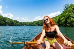Szczęśliwa dziewczyna w drewnianej łodzi Obraz Royalty Free