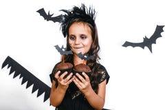 Szczęśliwa dziewczyna w Halloween kostiumu ma zabawę Obraz Royalty Free
