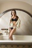 Szczęśliwa dziewczyna w kąpielowej balii Zdjęcia Royalty Free