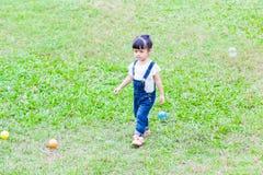 Szczęśliwa dziewczyna w ogródzie Obraz Royalty Free